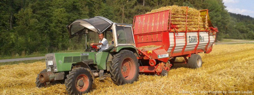bauernhofurlaub-bayerischer-wald-traktor-fahren-stroh-getreide-1600.jpg